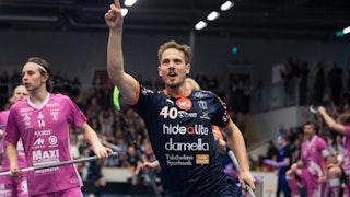 Mullsjös Rikard Eriksson fångad mitt i ett måljubel när han pekar upp mot taket.