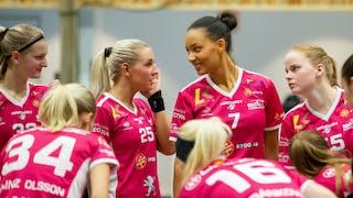 Malmös Johanna Ejdelind, nummer 25, och Yamou Njai, nummer 7, bjuder på ett leende i matchen borta mot Täby den 18 november.
