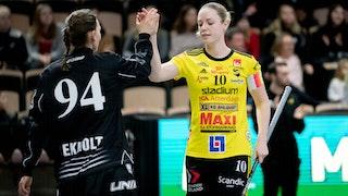 Stephanie Boberg gör high five med målvakten Thea Kristine Ekholt. Foto: Magnus C Lydahl
