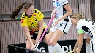 Wilma Johansson i en närkamp vid sargen. Foto: Magnus C Lydahl
