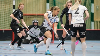 Spelare i IBK Lund jublar efter ett mål